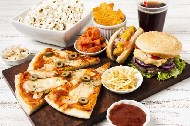 mancare fast food pizza cartofi prajiti hot dog, hamburger pe platou