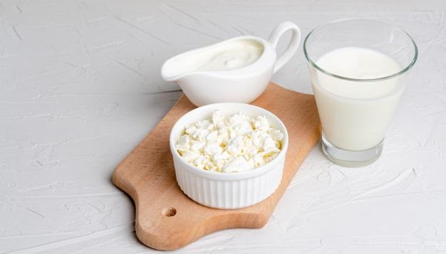 lapte, iaurt, branza pe platou de lemn probiotice naturale