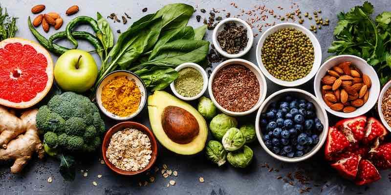 alimente vegane pe masa: avocada, afine, rodie,broccoli ghmbir, migdale, seminte