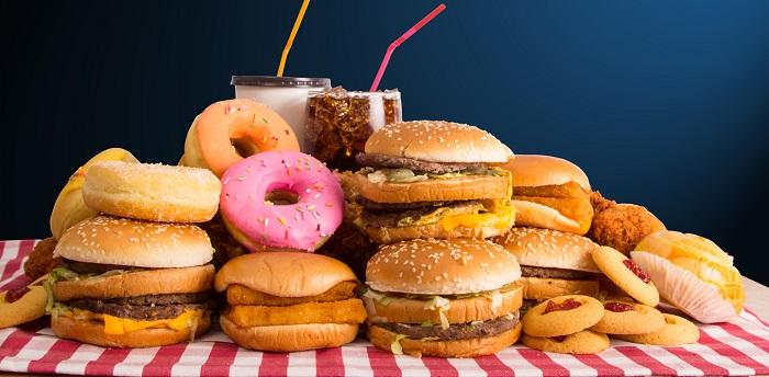 burgeri si gogosi  pe masa