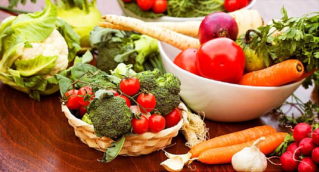 legume in cos pe masa: rosii, broccoli, morcovi, salata, usturoi