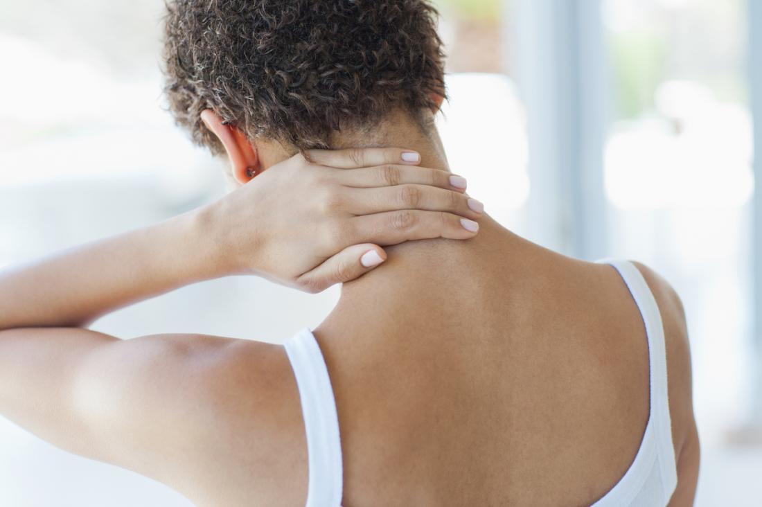 femeie cu parul scurt se tine cu mana de gat durere fibromialgia