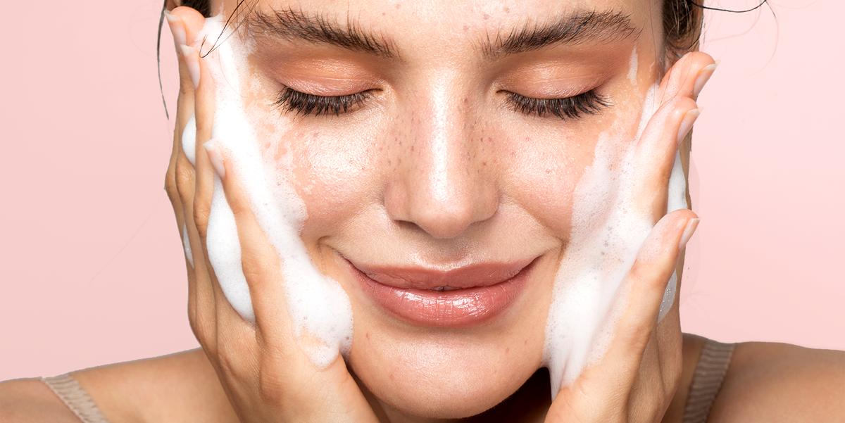 femeie se spala cu sapun pe fata ingrijire a pielii