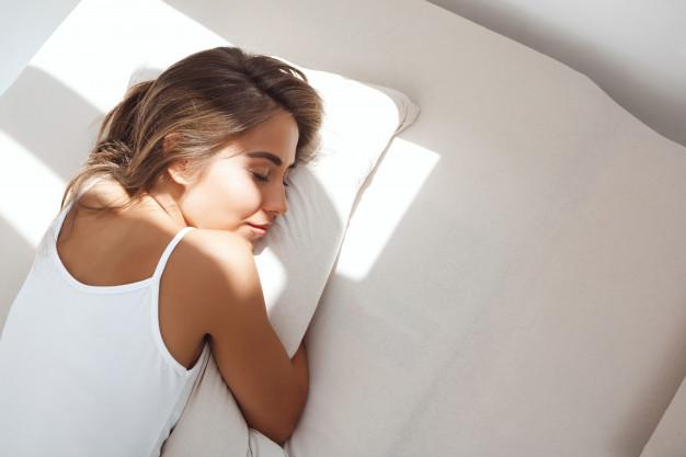 somnul scurt de dupa amiaza, femeie cearsafuri albe