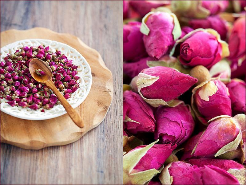 muguri de trandafiri rosii in farfurie bogati in vitamina c