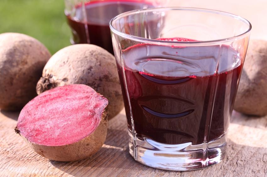 sfecla rosia jumatati si leguma intreaga, pahar cu suc de sfecla rosie