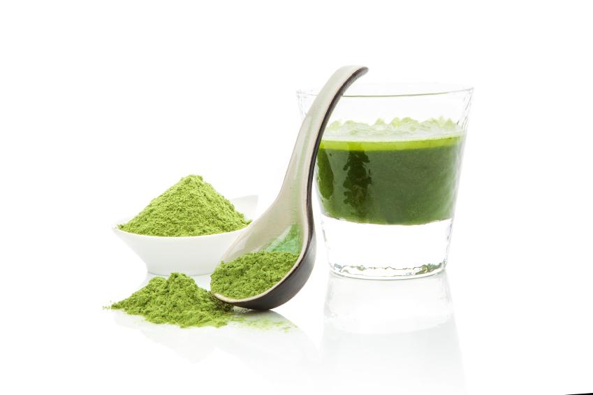 pulbere verde de spirulina si spirulina pusa in pahar cu apa