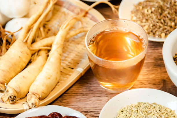 ginsengul utilizat pentru ceai medicinal in pahar de sticla