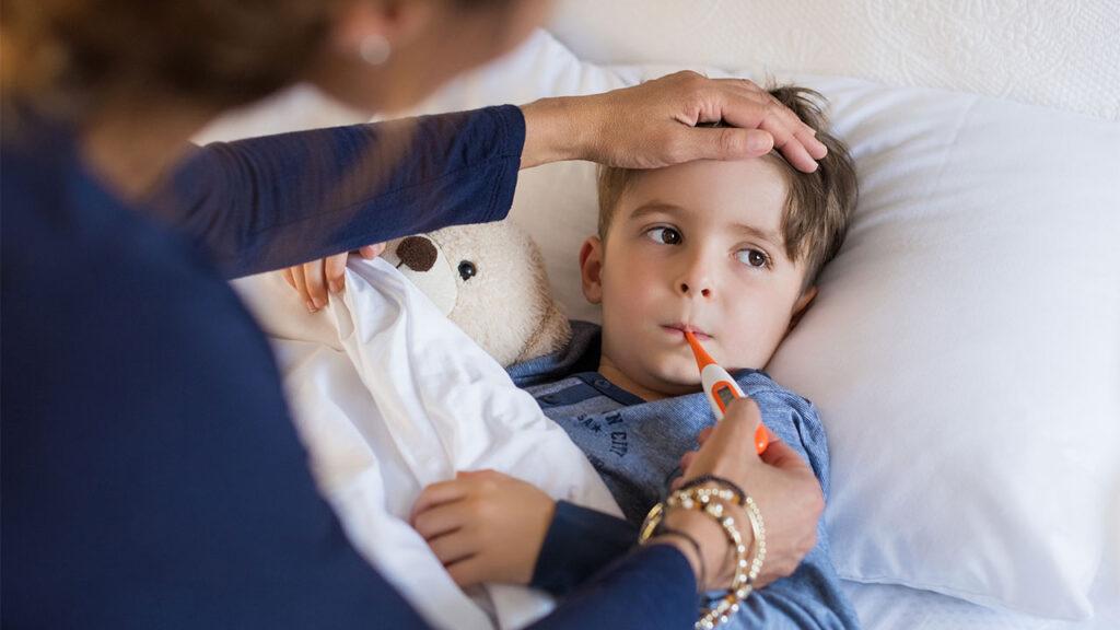 mama ia temperatura oral copilului in pat