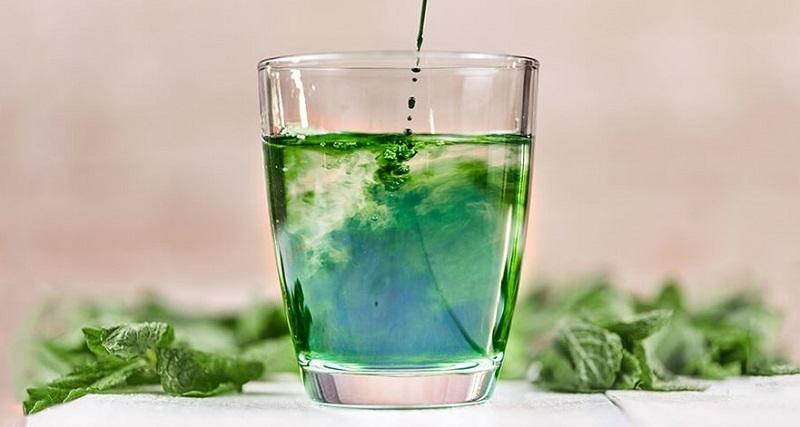 clorofila dizolvata in pahar cu apa
