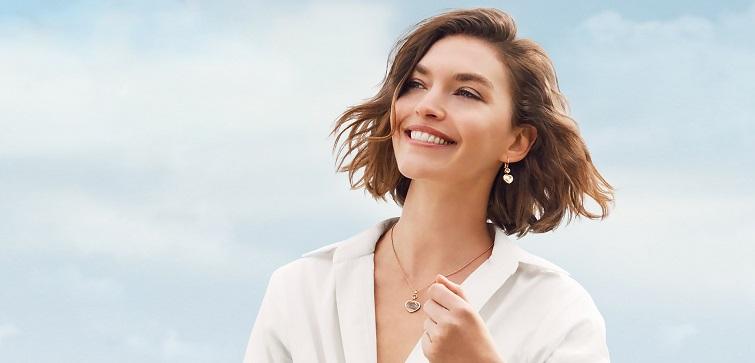 femeie cu parul in vant fericita si zambitoare