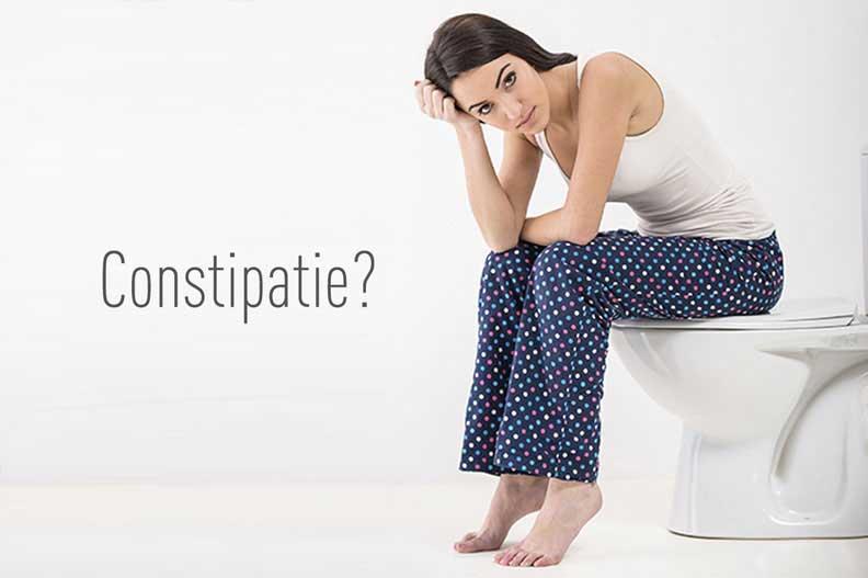 femeie sta pe wc din cauza constipatiei