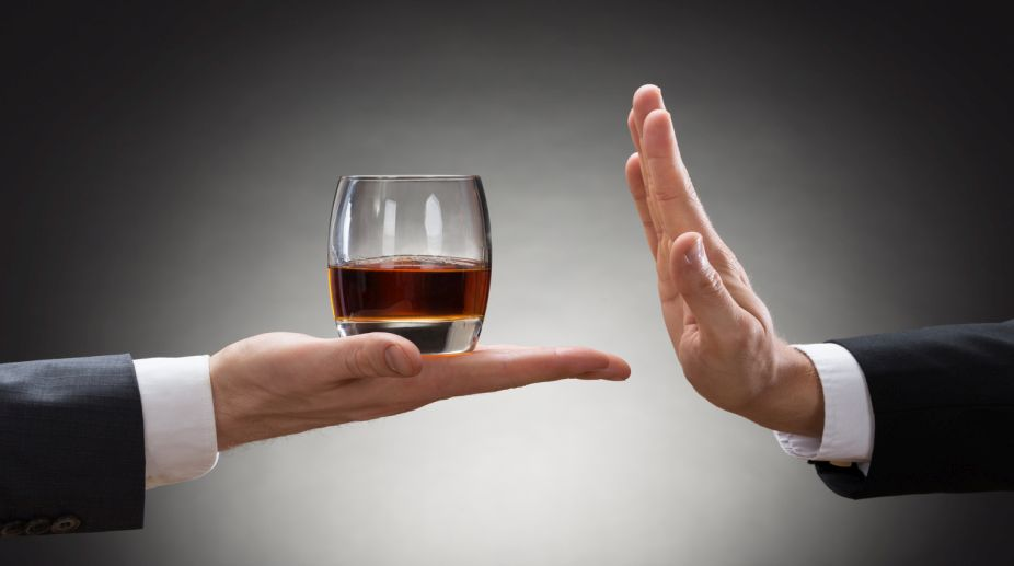pahar de wiskey tinut in palma si refuzat